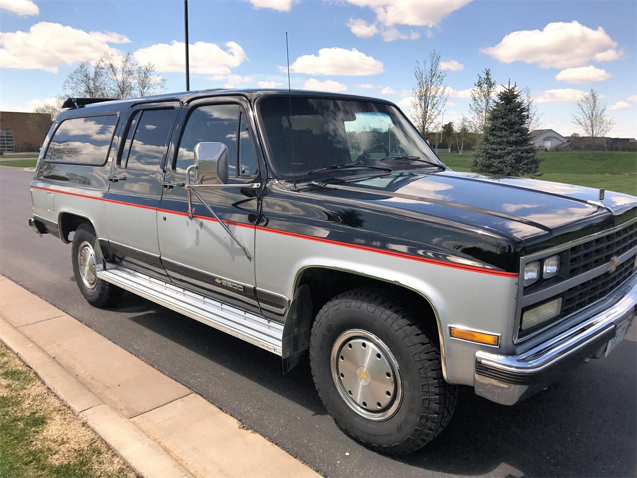 Large Picture of 1989 Chevrolet Suburban located in Wisconsin - $8,500.00 - LHN1