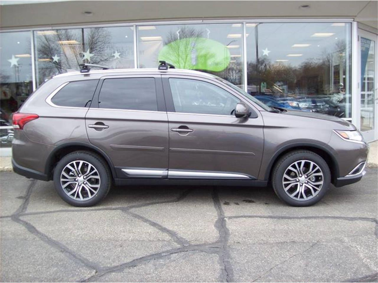 Large Picture of 2017 Mitsubishi Outlander located in Holland Michigan - $25,249.00 Offered by Verhage Mitsubishi - LG8N