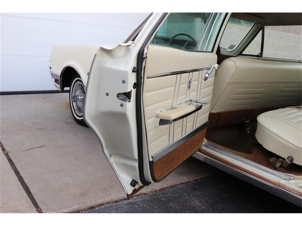 Large Picture of Classic 1967 Oldsmobile Vista Cruiser located in Alsip Illinois Offered by Midwest Car Exchange - MABL