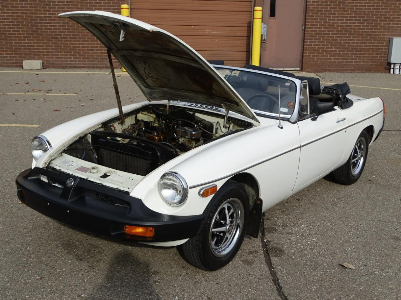 Large Picture of '76 MGB - MAE5