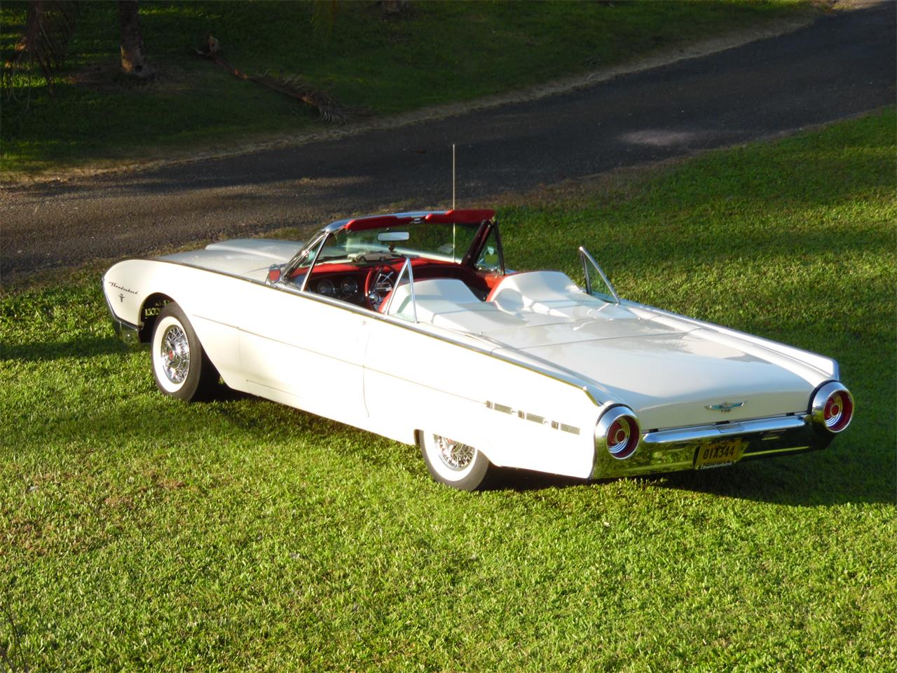 Large Picture of Classic 1962 Thunderbird - MHQG