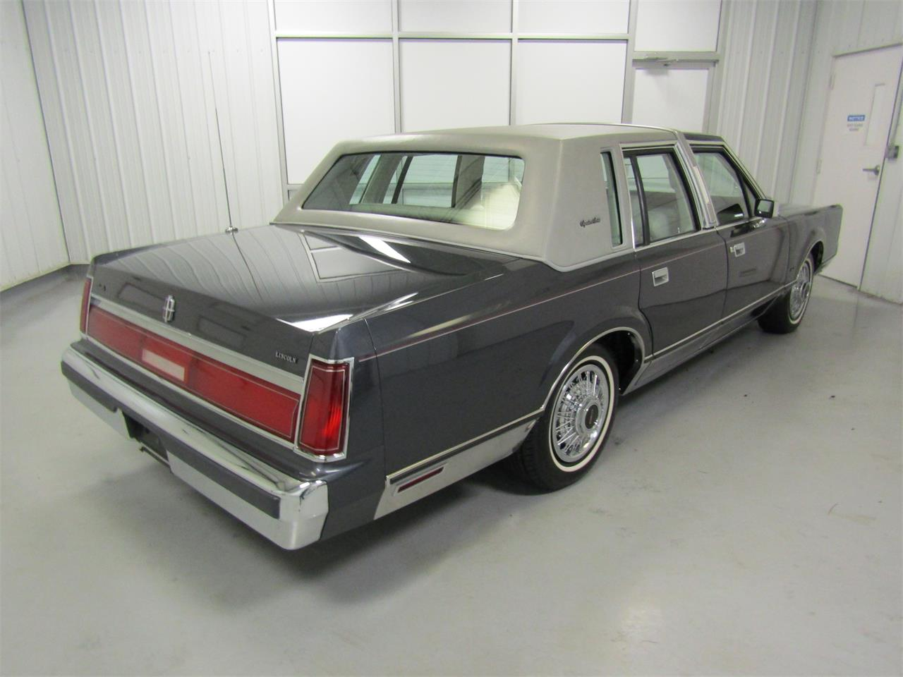 Large Picture of 1985 Lincoln Town Car - $17,927.00 - OQD5