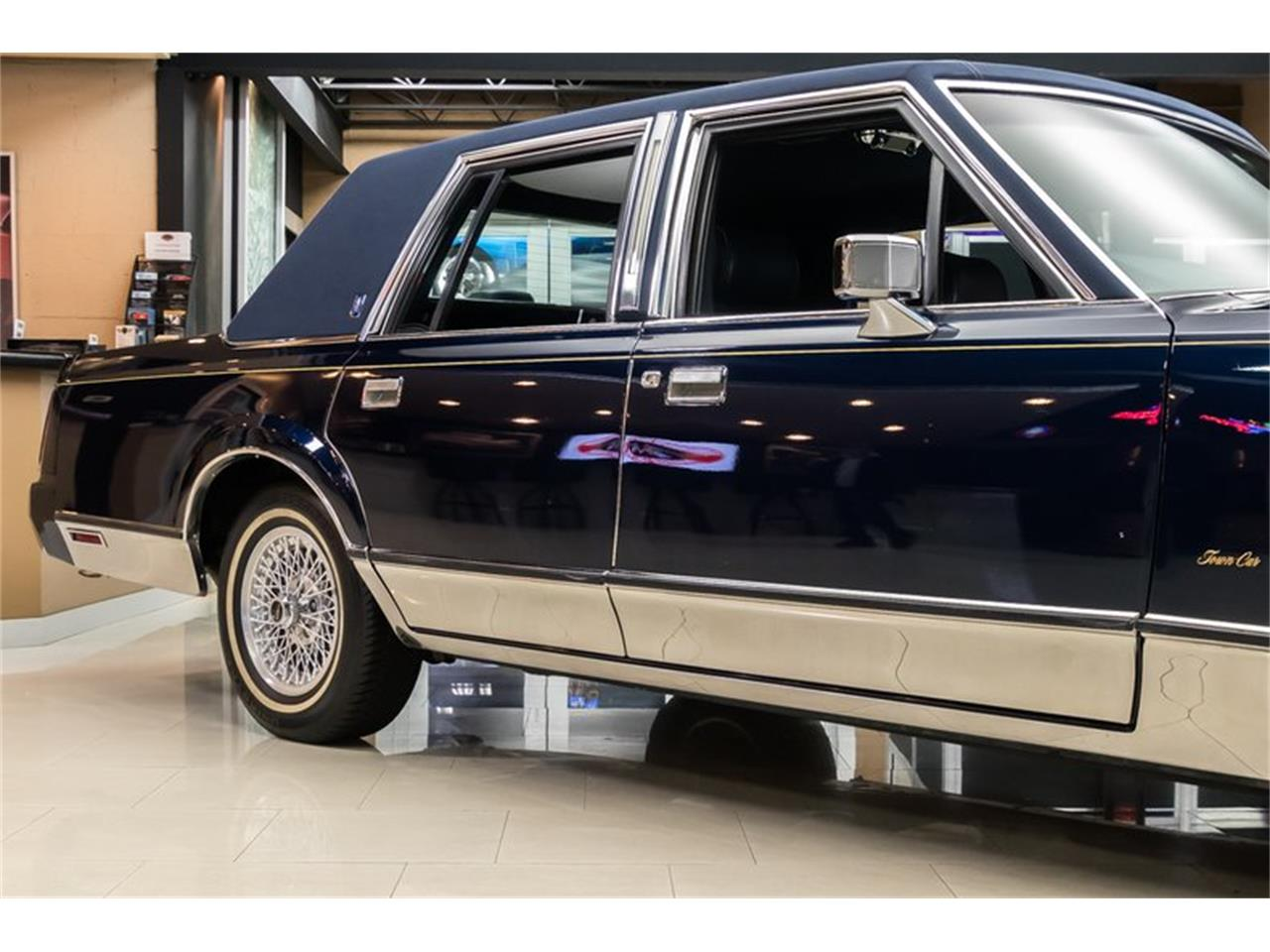 Large Picture of 1989 Lincoln Town Car located in Michigan Offered by Vanguard Motor Sales - OYYG