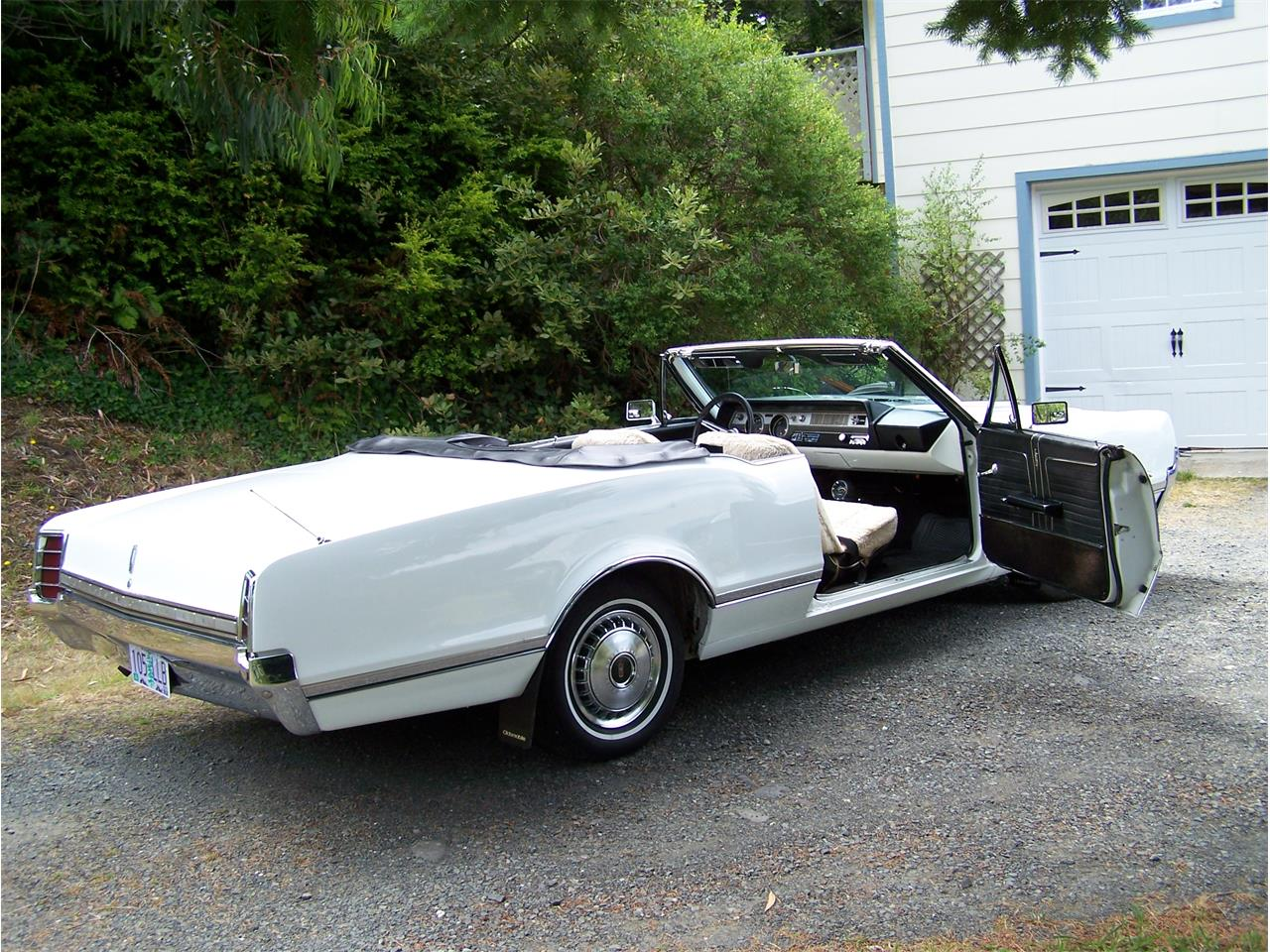 Large Picture of Classic '66 Oldsmobile Cutlass Supreme located in Port Orford Oregon - Q0S8