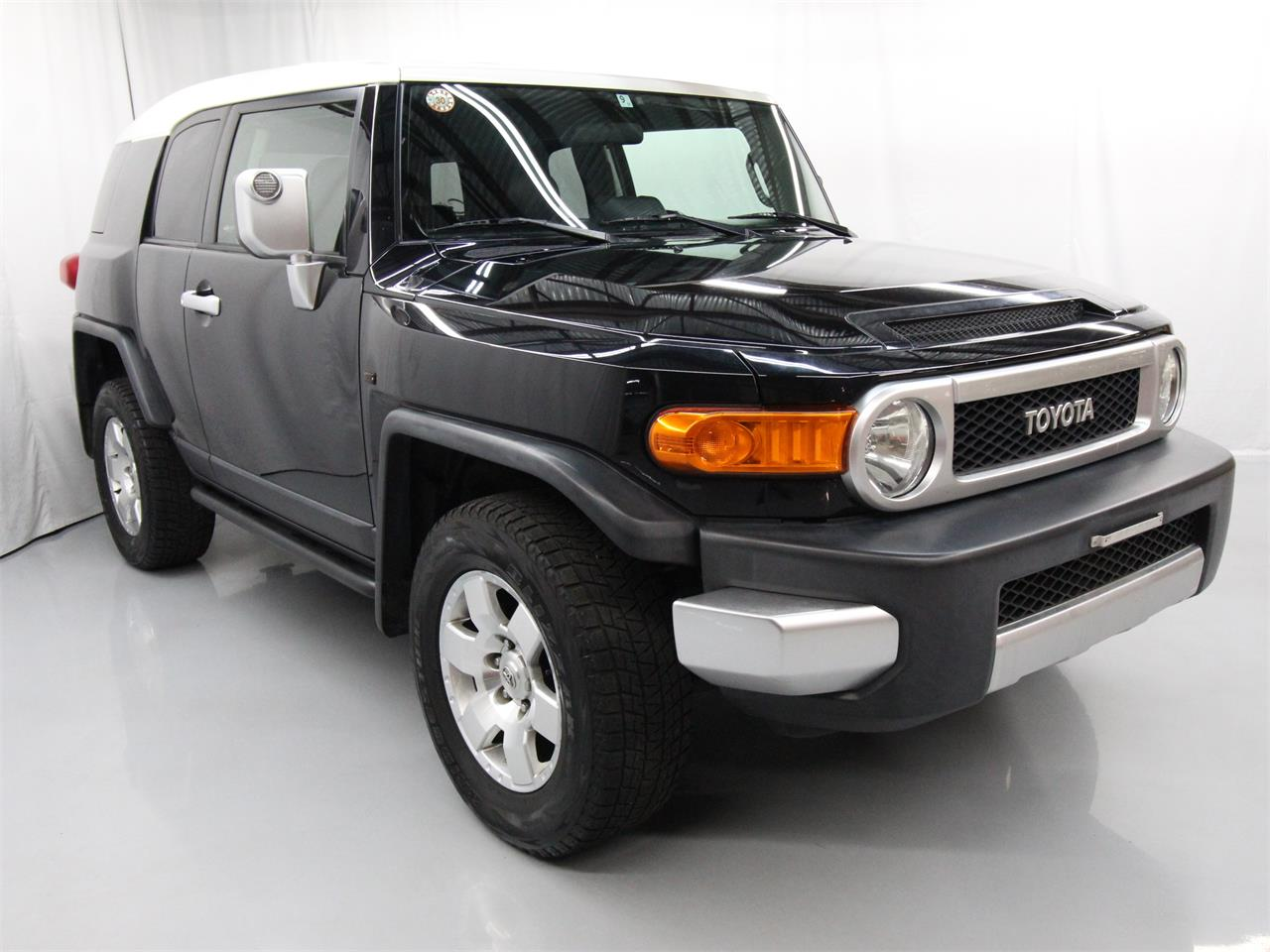 Large Picture of '07 Toyota FJ Cruiser located in Virginia Offered by Duncan Imports & Classic Cars - Q6UM