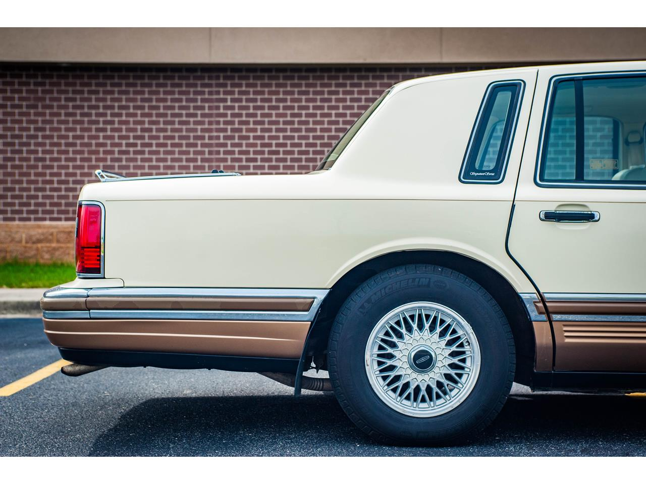 Large Picture of 1990 Lincoln Town Car located in O'Fallon Illinois Offered by Gateway Classic Cars - St. Louis - QB8G