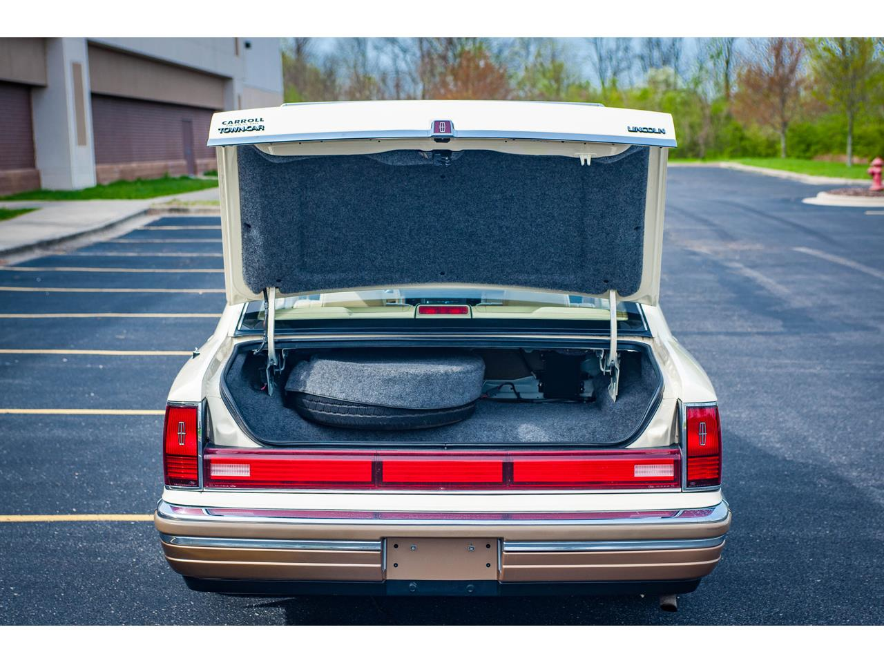 Large Picture of 1990 Lincoln Town Car located in Illinois - QB8G