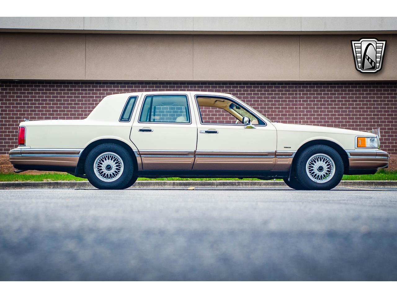 Large Picture of '90 Lincoln Town Car located in O'Fallon Illinois - QB8G