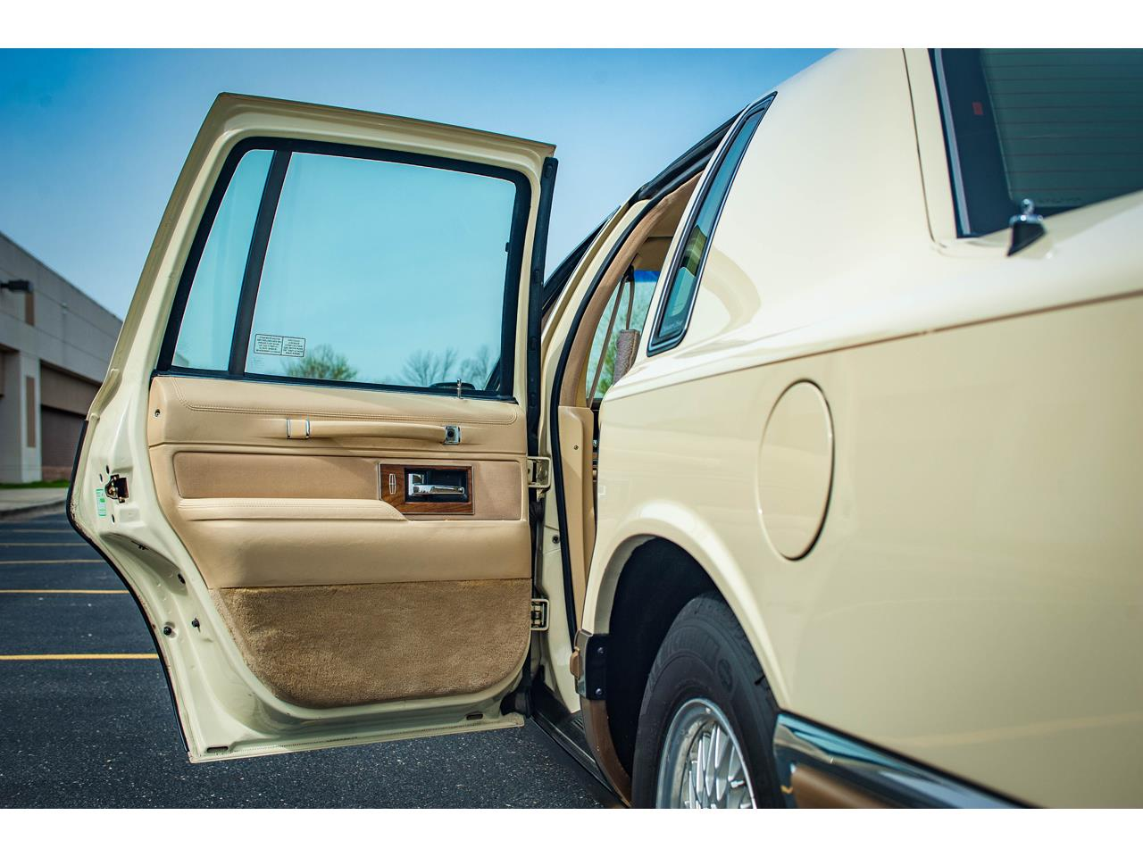 Large Picture of '90 Town Car located in O'Fallon Illinois - QB8G