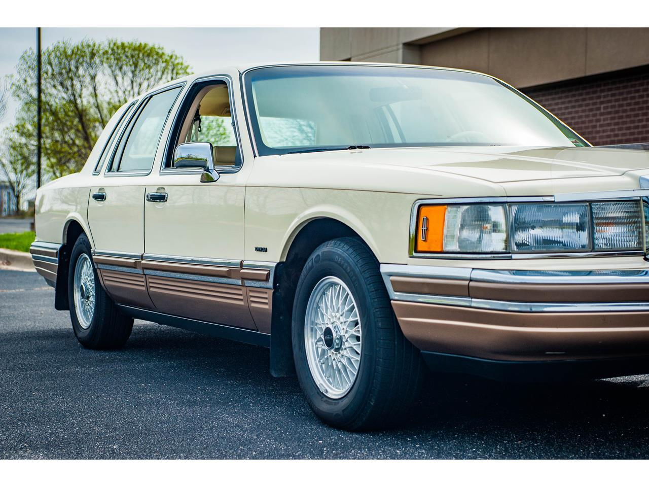 Large Picture of 1990 Lincoln Town Car located in Illinois - $16,500.00 Offered by Gateway Classic Cars - St. Louis - QB8G