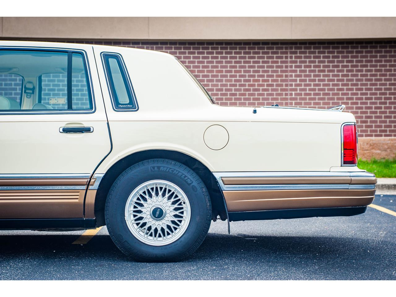 Large Picture of '90 Town Car Offered by Gateway Classic Cars - St. Louis - QB8G
