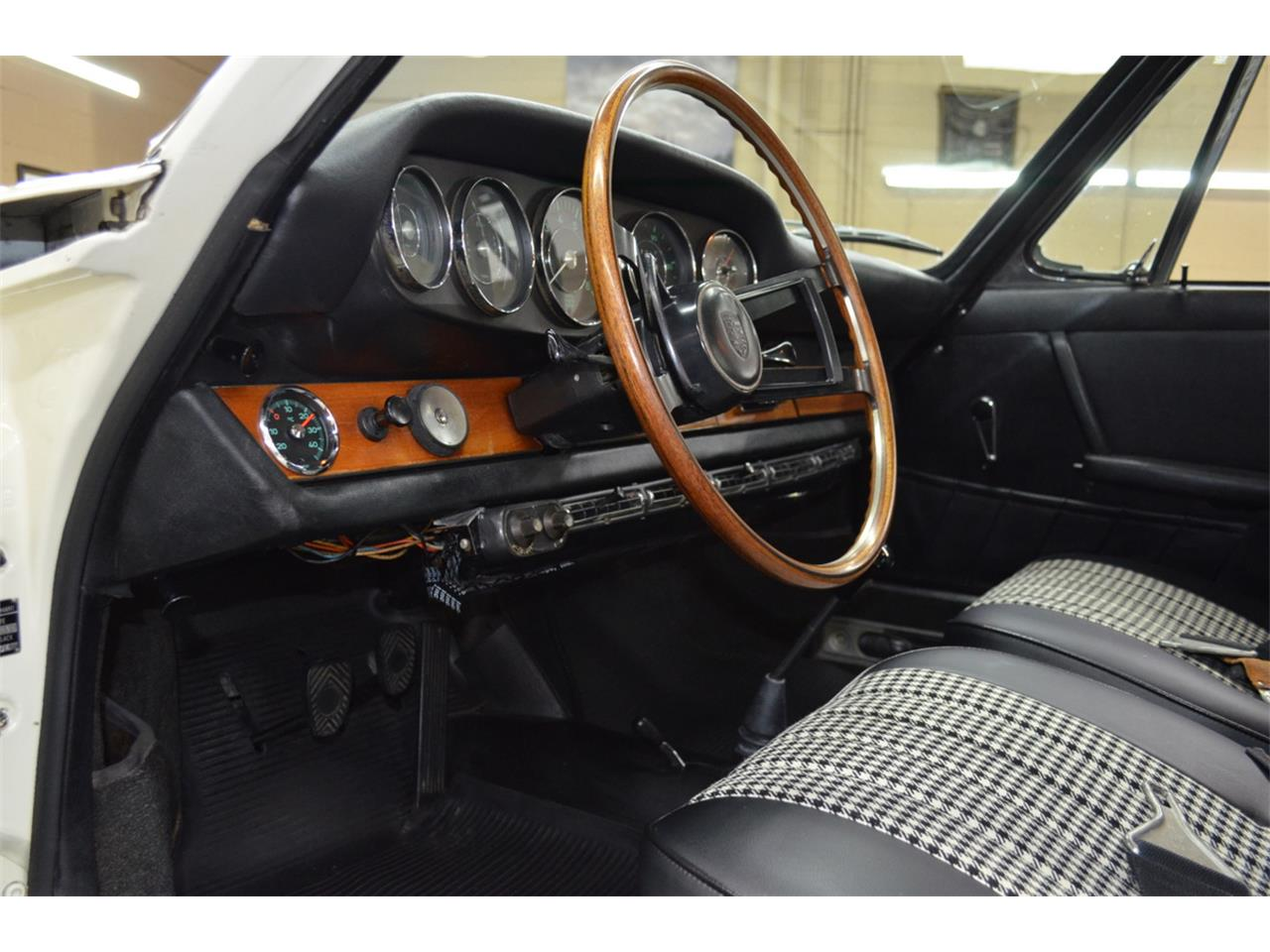 Large Picture of '65 Porsche 911 located in Huntington Station New York Auction Vehicle - QQUH