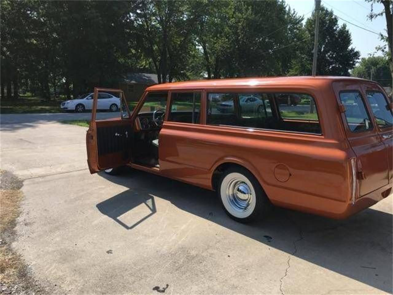 Large Picture of '68 Suburban - R044