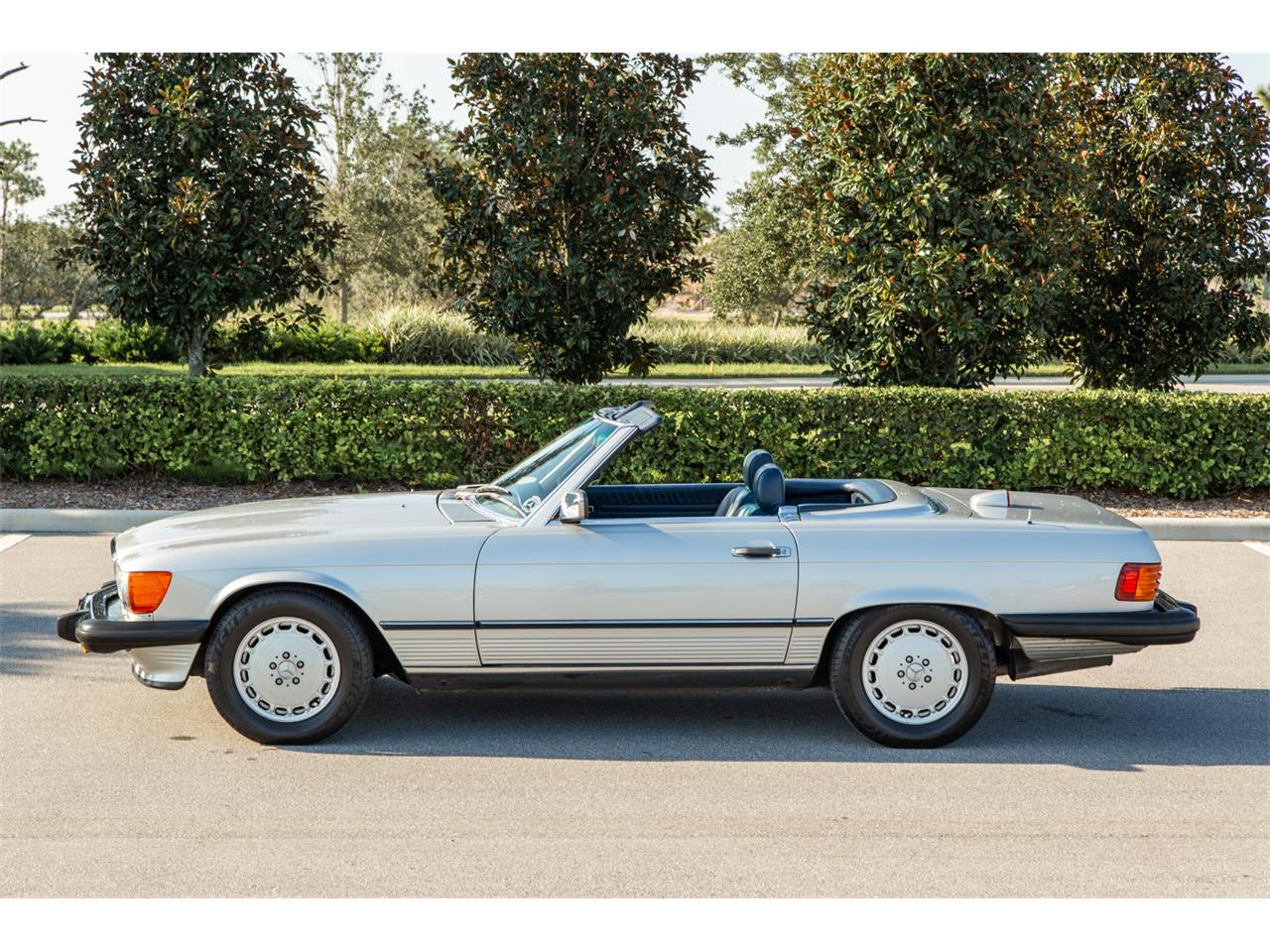 Large Picture of '87 Mercedes-Benz 560SL located in Florida Offered by Bring A Trailer - R1P5