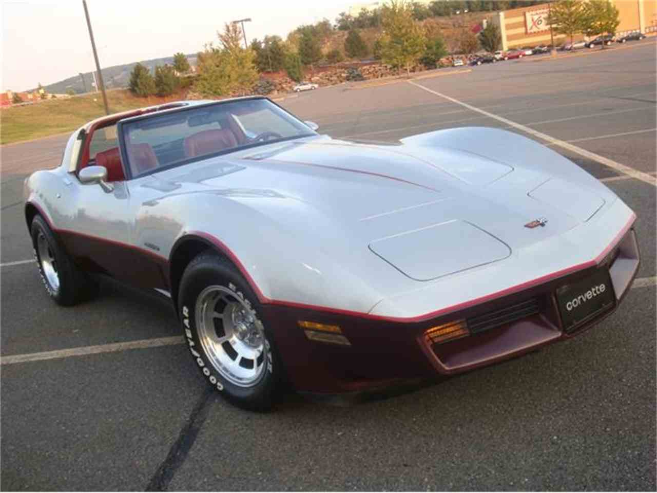 Large Picture of '82 Corvette - DL5R