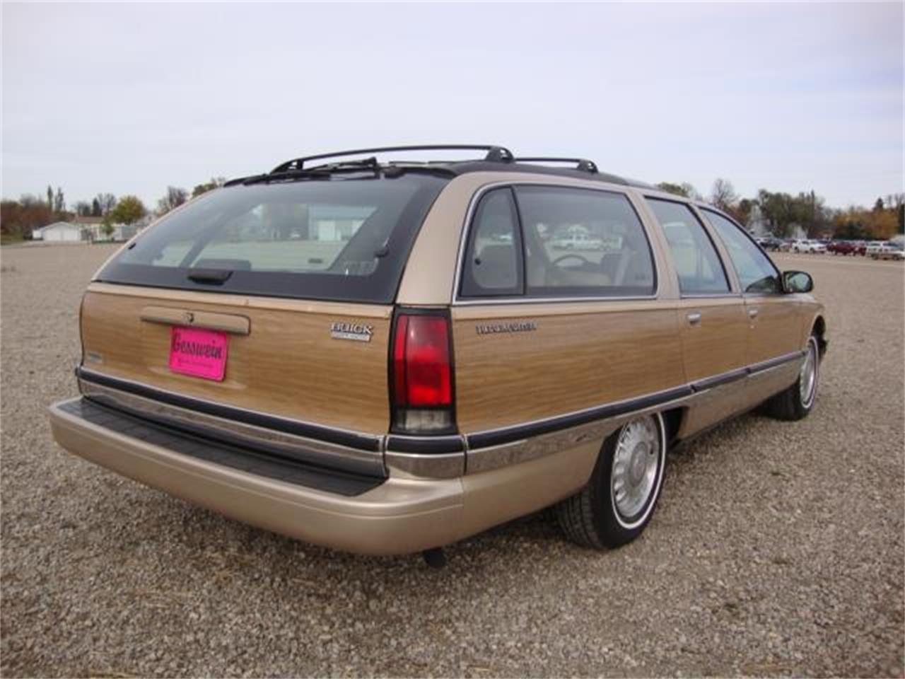 Large Picture of '96 Buick Roadmaster located in Milbank South Dakota Offered by Gesswein Motors - JDAH