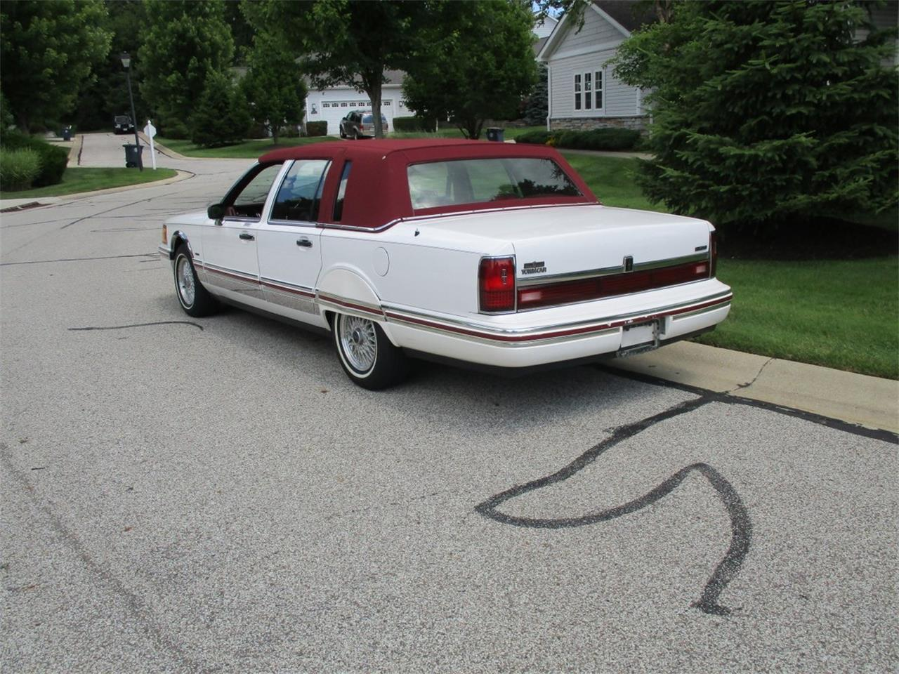 Large Picture of 1994 Lincoln Executive Series Town Car located in Bedford Heights Ohio - $5,990.00 Offered by Vintage Motor Cars USA - LDPU
